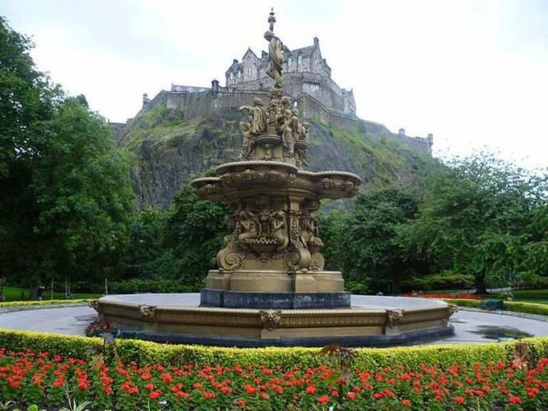 Ross Fountain in Princes Street Gardens with view of Castle: Photo courtesy of Kim Traynor, Wiki Commons