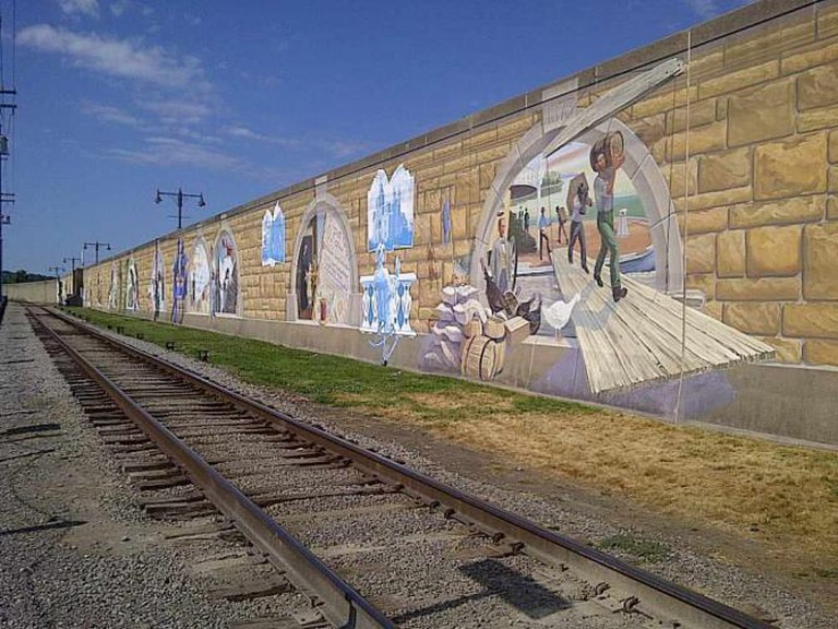 Mural adorning the Cape Girardeau flood wall | © Carolyn Cuskey/Flickr