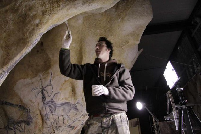 Artist replicating cave paintings in Caverne du Pont-d'Arc | © Metronews Toulouse/Flickr
