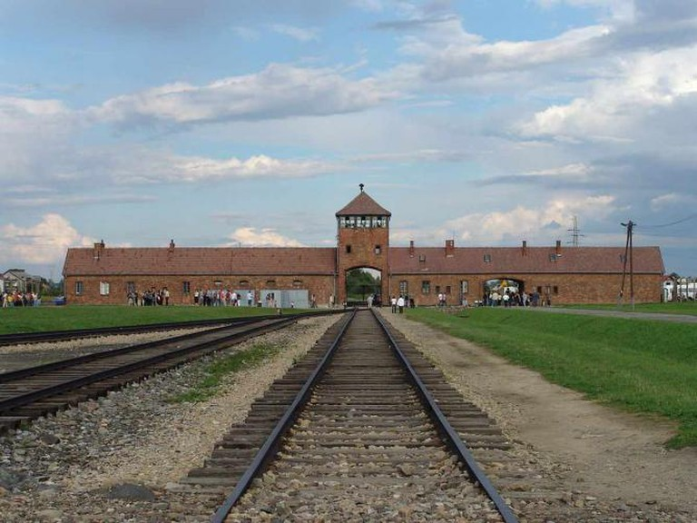 The entrance to Auschwitz II - Birkenau | © Michel Zacharz