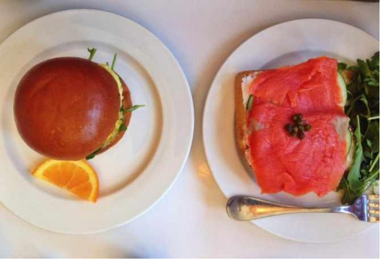 Egg and Feta sandwich with Greek herbs, arugula and tomato (left), lox on toast (right) | © Annabel Lindau
