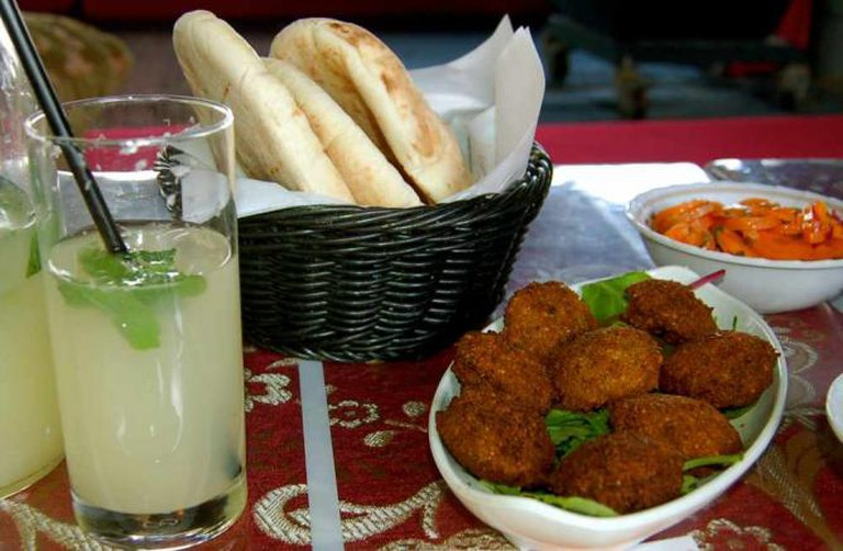 Falafel and pita bread | © Arielle Macey-Pilcher