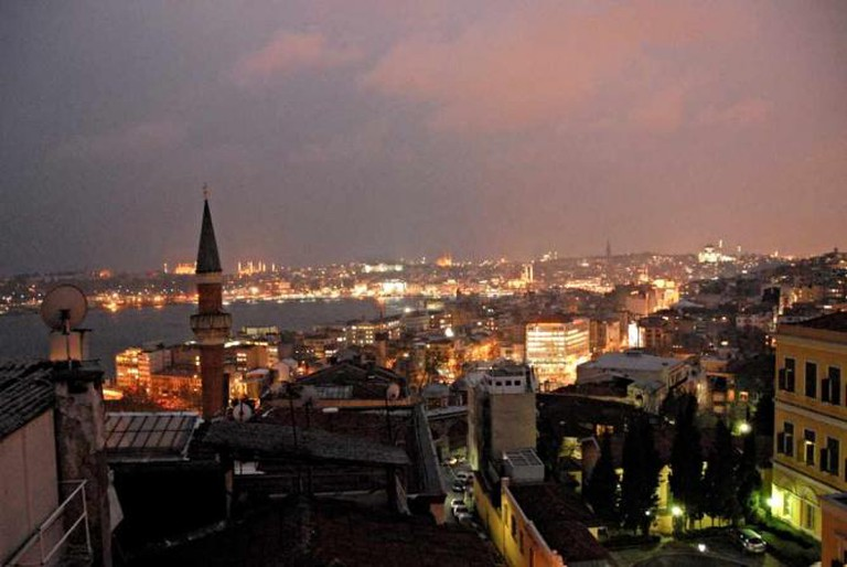 Beyoglu at Night |© np&djjewell/Flickr