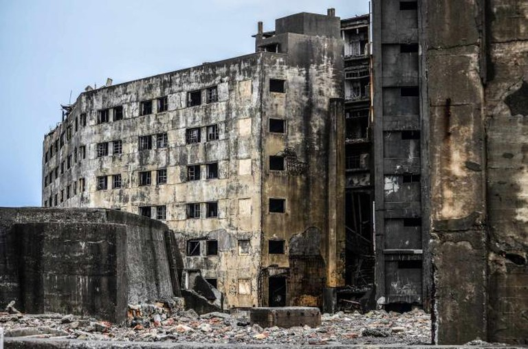 Decaying Buildings on Hashima Island | © inefekt69/ Flickr