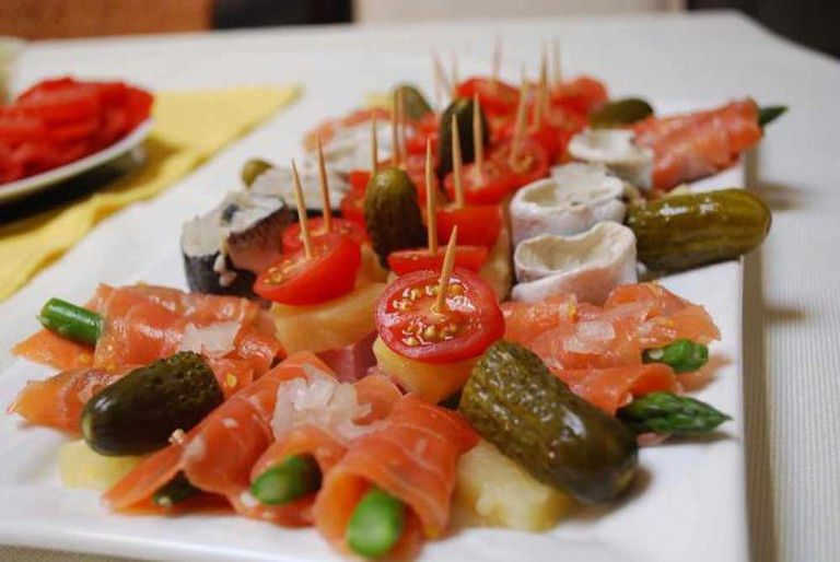 Traditional Russian specialities such as pickled gherkins, herring, and smoked salmon | © Alpha/Flickr