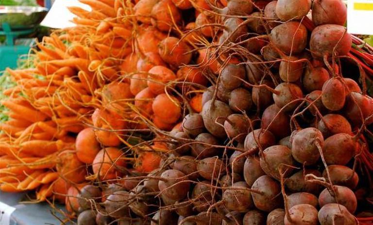 Beets and carrots at Ballard Farmers Market | © Valerie Hinojosa/Flickr