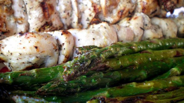 Grilled Chicken and Asparagus l © timlewisnm/Flickr