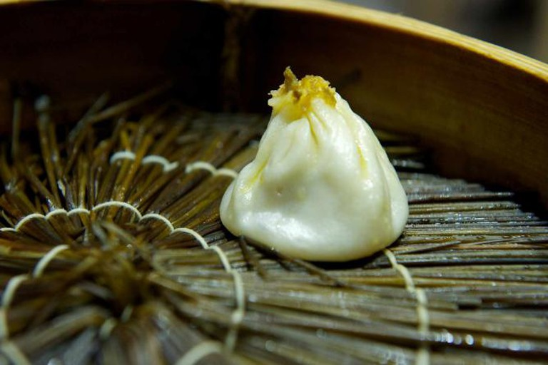 Crab buns on a bamboo steamer © SimonQ/Flickr