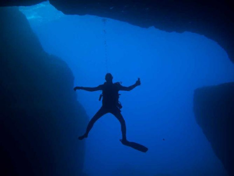 Diving in a cave | ©prilfish/Flickr