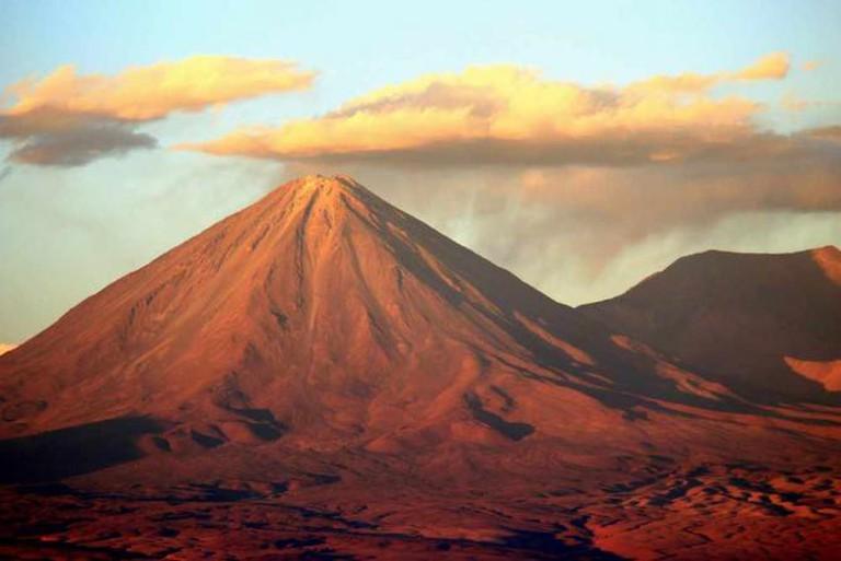 Sunset over the Licancabur Volcano, Atacama Desert |© krheesy/Flickr