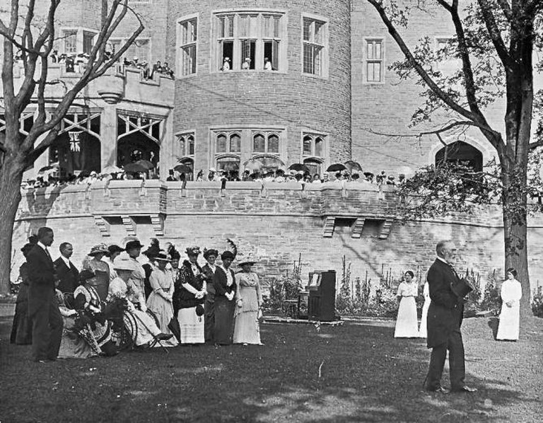 A Garden Party at Casa Loma in 1914 | © Public Domain/WikiCommons