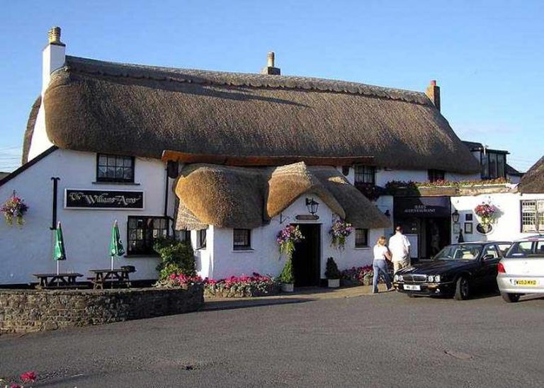 A thatched pub, the Williams Arms at Wrafton, near Braunton, North Devon, England. The name of the book is taken from the name of Maurice Allington's pub |©Arpingstone/Wikicommons