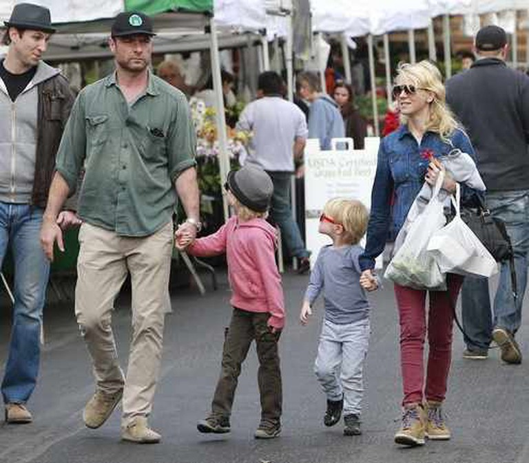 Naomi Watts and Family at the Brentwood Farmers Market | ©TMZ