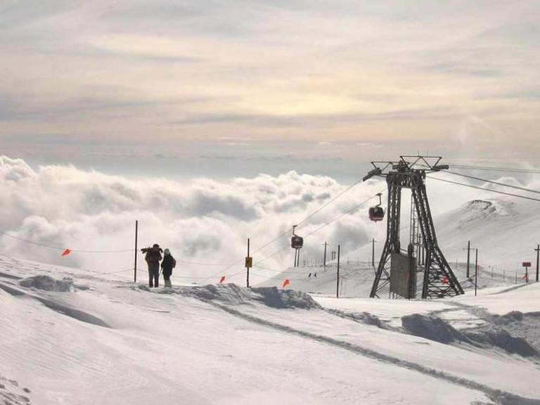 Skiiing atop Tochal | © Mehdi Ghanimifard/Wikicommons