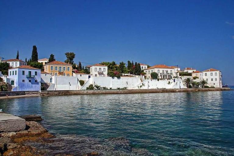 Spetses traditional white houses | © vaggelis vlahos/WikiCommons