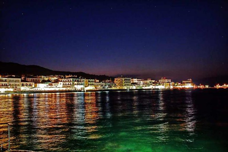 Night view of Spetses | © vaggelis vlahos/WikiCommons