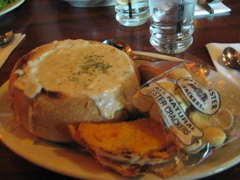 Clam chowder in a bread bowl with oyster crackers | © Marlith/WikiCommons