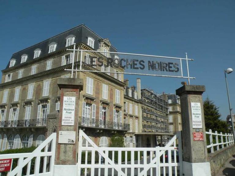 Entrance to l'Hôtel des Roches Noires at Trouville-sur-Mer | © Pymouss/WikiCommons