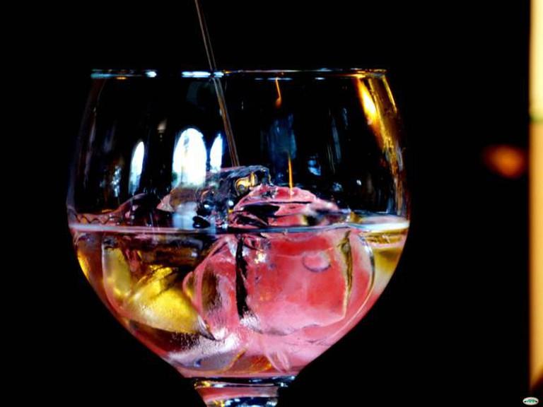 Gin Tonic En Copa Sin Pie | © Juantiagues/Flickr