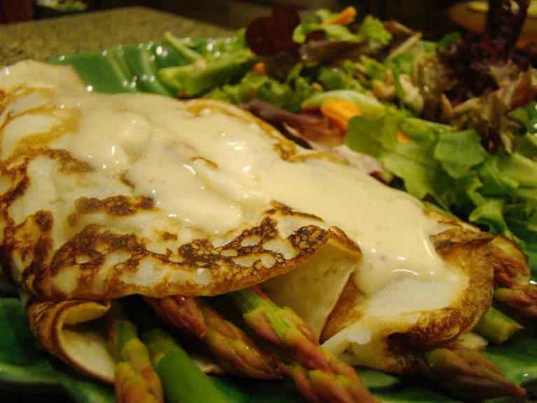 Asparagus Crepe with Vegan Hollandaise | © Vegan Feast Catering/Flickr