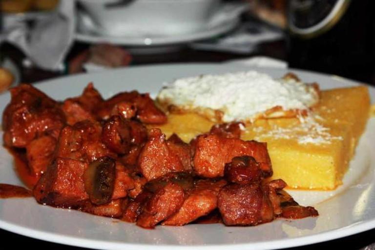 Moldavian tochitură with mămăligă, cheese and egg l © Nicubunu/Wikicommons