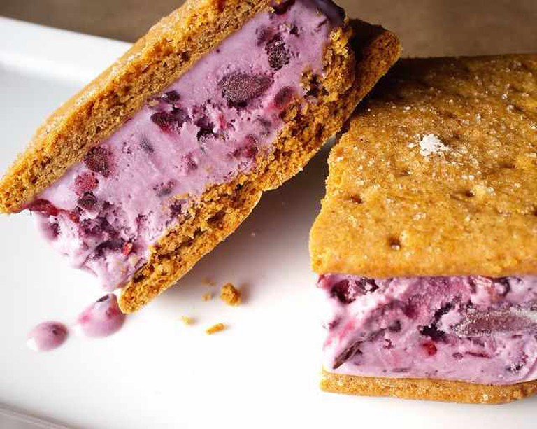Blackberry ice cream sandwiches | © Ralph Daily/Flickr