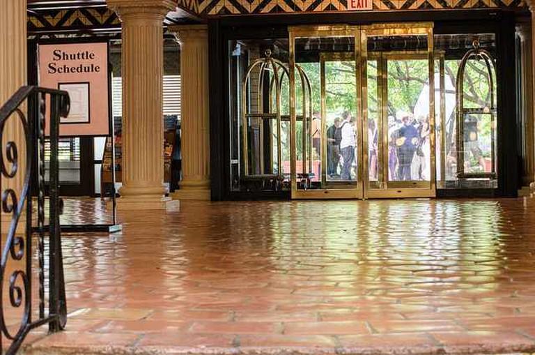 Embassy Suites Hotel lobby | © m01229/Flickr