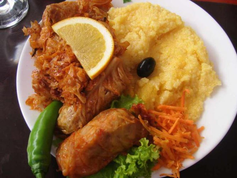 A plate of Romanian food: Sarma and Mamaliga. | © Themightyquill/WikiCommons