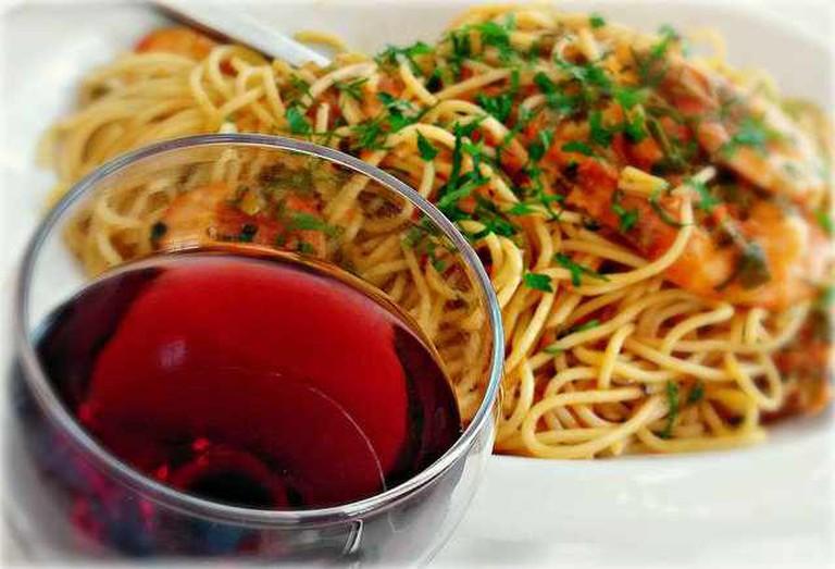 Wine Spaghetti and Shrimps | © Vassilis/Flickr