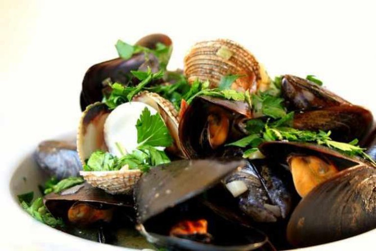 Mussels and cockles cooked in white wine | © Cooking etc./Flickr