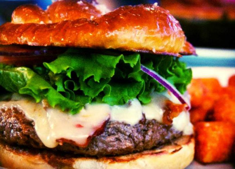 Pretzel Roll Burger at De Novo © Flickr