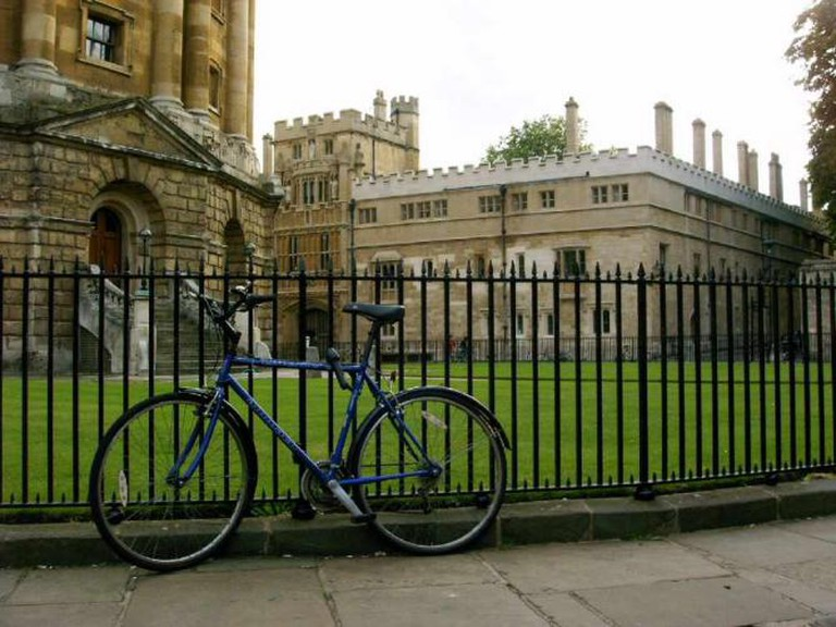 A bicycle leaning on the railings of the Radcliffe Camera | © ÁWá/Wikicommons