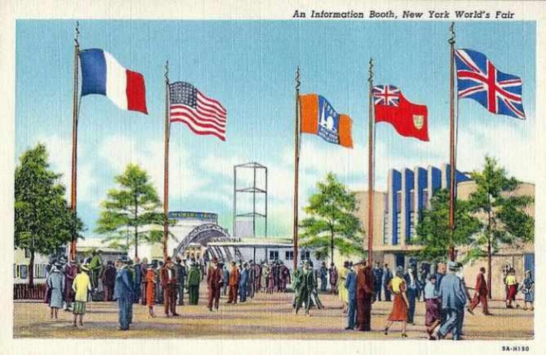 1939 New York World's Fair Postcard - An Information Booth | © Joe Haupt/Flickr
