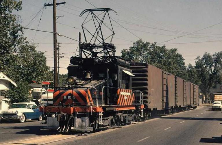Sacramento Northern #654 on Plumas St, Yuba City, CA, August 1964 | © Drew Jacksich/Flickr