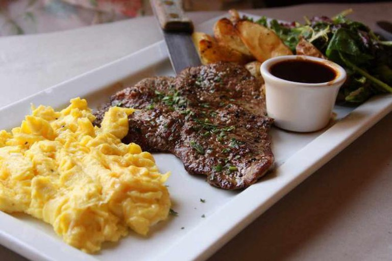 Steak Paillards with Scrambled Eggs at Bleu Bohème | © Larry/Flickr