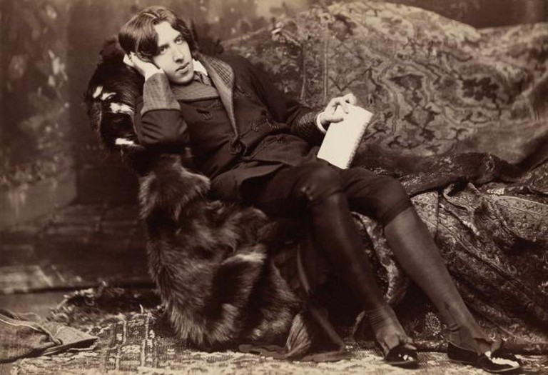 Oscar Wilde reclining with Poems © Napoleon Sarony/Wikicommons