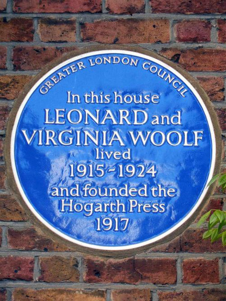 Plaque marking the home in which Virginia and Leonard Woolf established the Hogarth Press | © Spudgun67/Flickr