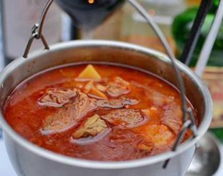 Gulasz w kociołku (Stew in a cauldron) | © Tokaj
