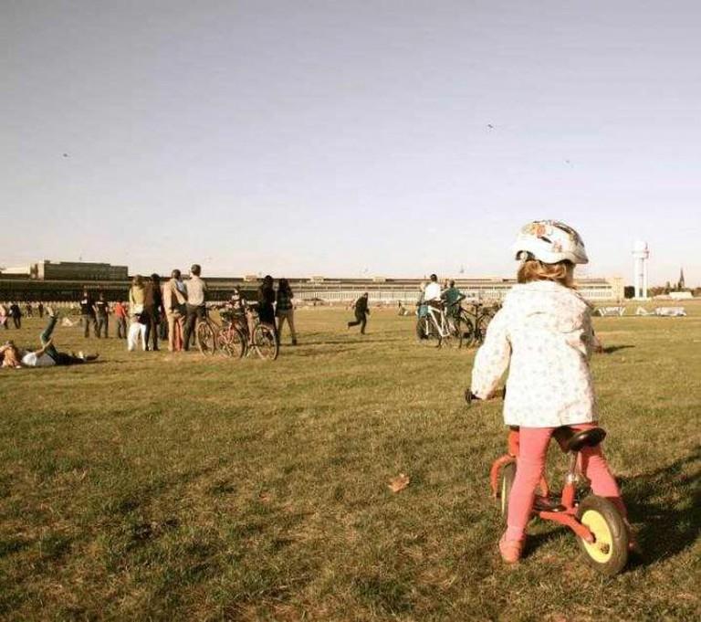 Kites and bikes at Tempelhof, Berlin | © Adriana Tourny