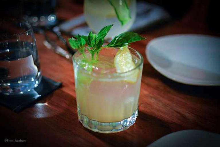 Gin Bock (Hendricks, limón amarillo, Ginger Ale, Albahaca) | © Fran Cedillo/Flickr