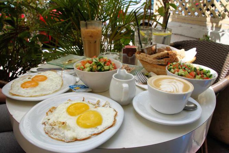 Israeli breakfast | © Or Hiltch/ Wikipedia