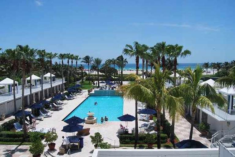 Surfcomber Hotel Pool | © AdventurousSquirrel/WikiCommons