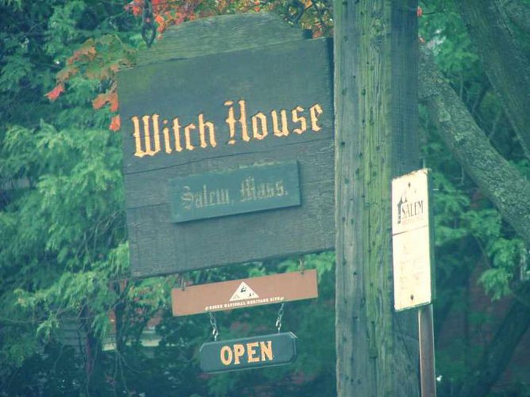 Witch house sign © Karen/ Flickr