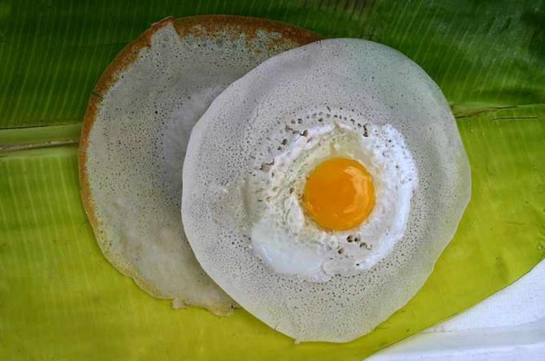 Egg Appam in a palm tree leaf | © Dethans/WikiCommons