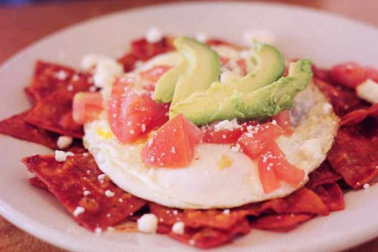 Egg topped chilaquiles © valerie enríquez/Flickr