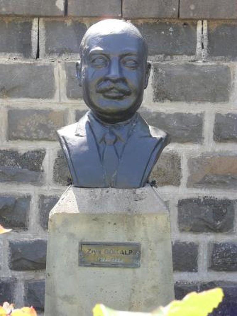 Gökalp'in, Diyarbakır Gazi Köşkü'ndeki büstü.