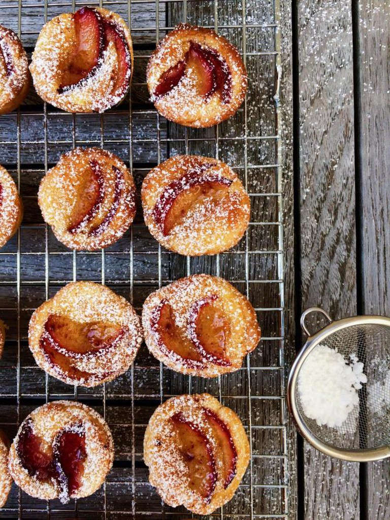 Almond tartlets with red plums | © Annelies Vermeir