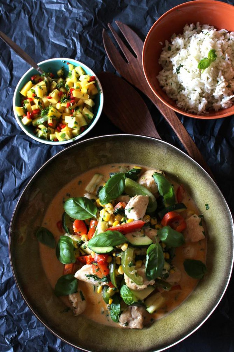 Red curry with chicken and mango salsa | © Annelies Vermeir