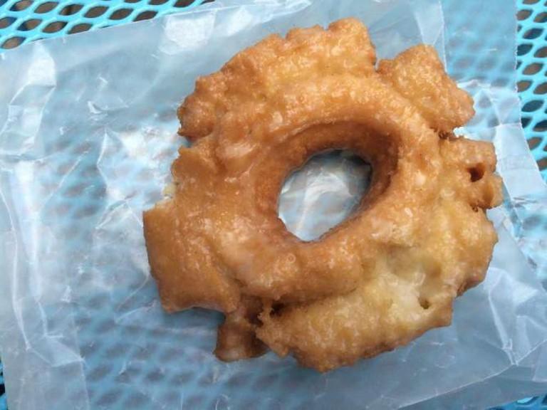 Traditional glazed donut at Firecakes | © Benita Gingerella