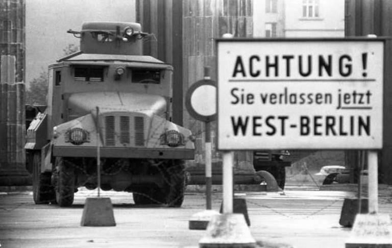 Berlin, Brandenburger Tor, Wasserwerfer | © Helmut J. Wolf/Bundesarchiv